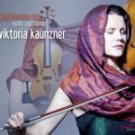 {:de}Viktoria Kaunzner - Ja(zz)smine Rice Violin Mysteries{:}{:en}Viktoria Kaunzner - Ja(zz)smine Rice Violin Mysteries{:}
